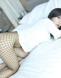 模特朱小雨居家牛仔热裤配黑色网袜私房照