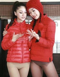 寒冬外拍羽绒服配肉丝裤袜的姐妹花户外秀翘臀