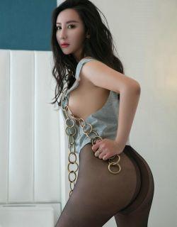 室拍卷发模特姚沐迪穿黑丝袜玩锁链