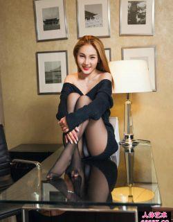 皮肤白皙的短发女秘书美惠子丝袜写真