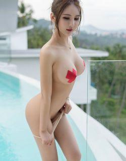 胸前贴花纸的性感美女尹菲肉丝写