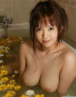 丰满漂亮的日本美女�┶嫖枋�身人体艺术