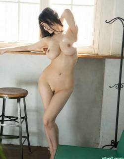 拥有S型身材的�S腴少妇JULA大胆写真