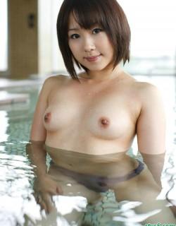 日本可爱的圆脸美少女泳池写真