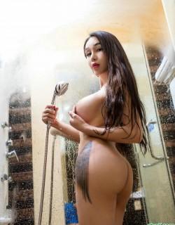 拥有巨无霸级别美胸的美女浴室迷情
