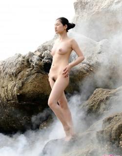 云雾缭绕的山顶外拍国模人体摄影