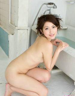 日本美�G少妇脱去黑丝浴缸泡澡摄影