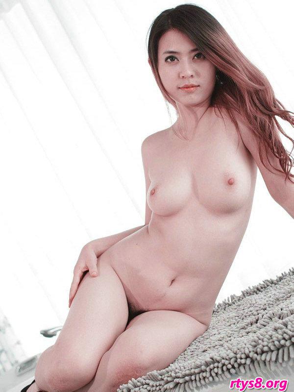 室拍白皙丰润的人体裸模二妞