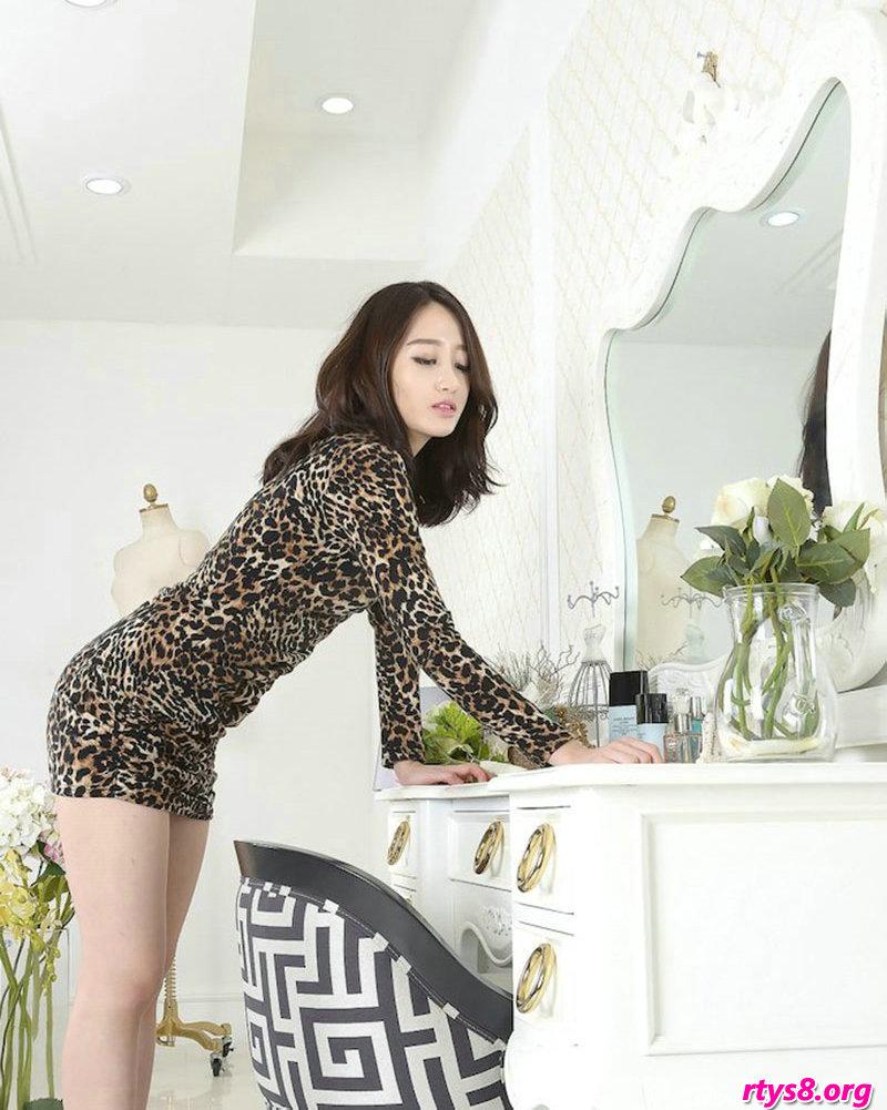穿豹纹服饰的酥胸裸模Sua梳妆镜前拍摄