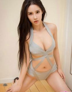 穿性感透视泳装的美女夏夏秀傲人身材