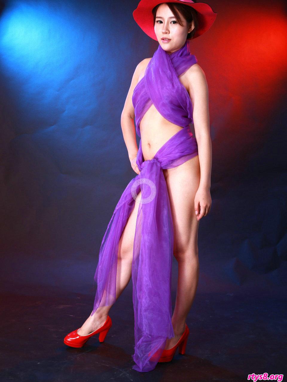 身披紫色丝巾的美模阿熙演绎朦胧美