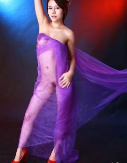 身披紫色丝巾的模特阿熙演绎朦胧美