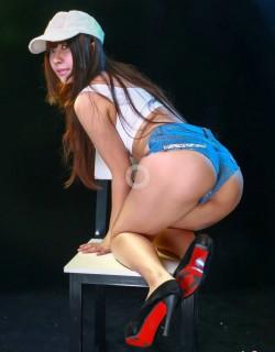 把牛仔短裤当内裤穿的美女阿阳棚拍