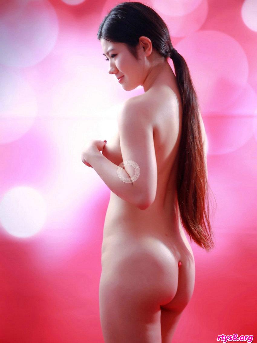 长头发及腰的名模阿苗拍摄滑嫩的肌肤