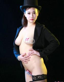 性感女魔术师阿萍穿U字库拍摄写真