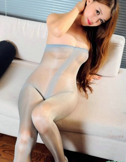 穿性感丝袜的长发美女沙发上写真