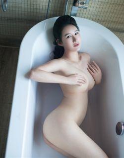 睡在大浴缸里的谭冰白嫩人体艺术
