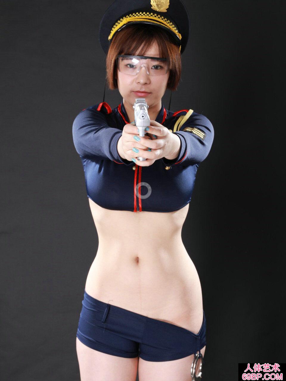 穿制服的丰润女警小牛棚拍人体图片