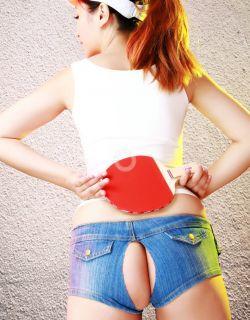 丰腴模特小寻穿泊头衣服打乒乓球