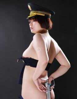 穿制服的丰满女警小牛棚拍人体摄影