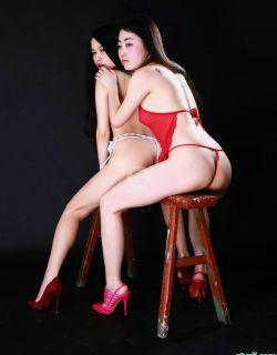 黑色背景棚拍坐在凳子上的姐妹花模特