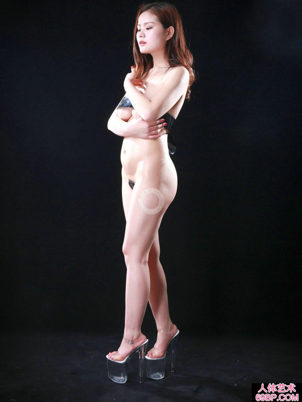 黑色背景棚拍裸模阿玉胶带裹胸人体写照