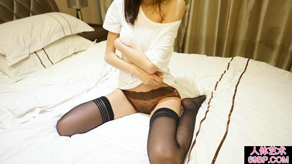 Rosi第2268期短衫妹子咖啡色蕾丝内裤喷血摄影
