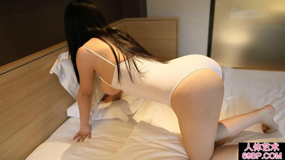 Rosi第2276期白色高叉连体衣美女床上美乳写真