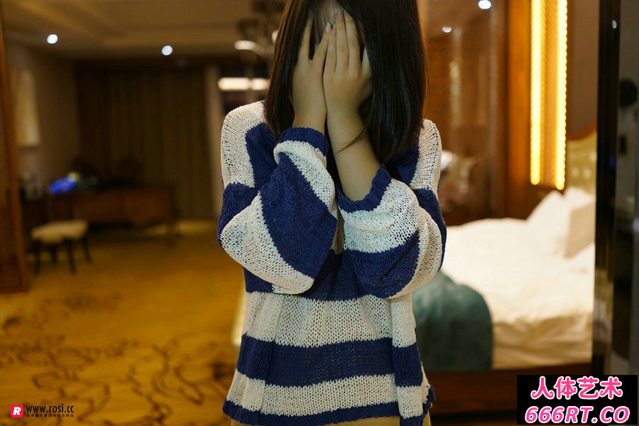 Rosi第2303期_丰腴妹子穿紧身肉丝裤袜极致摄影