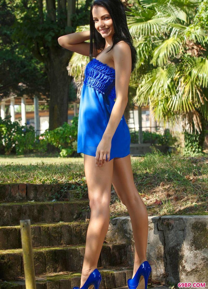 公园散步的悠闲Sapphira_西西人体纹身美女