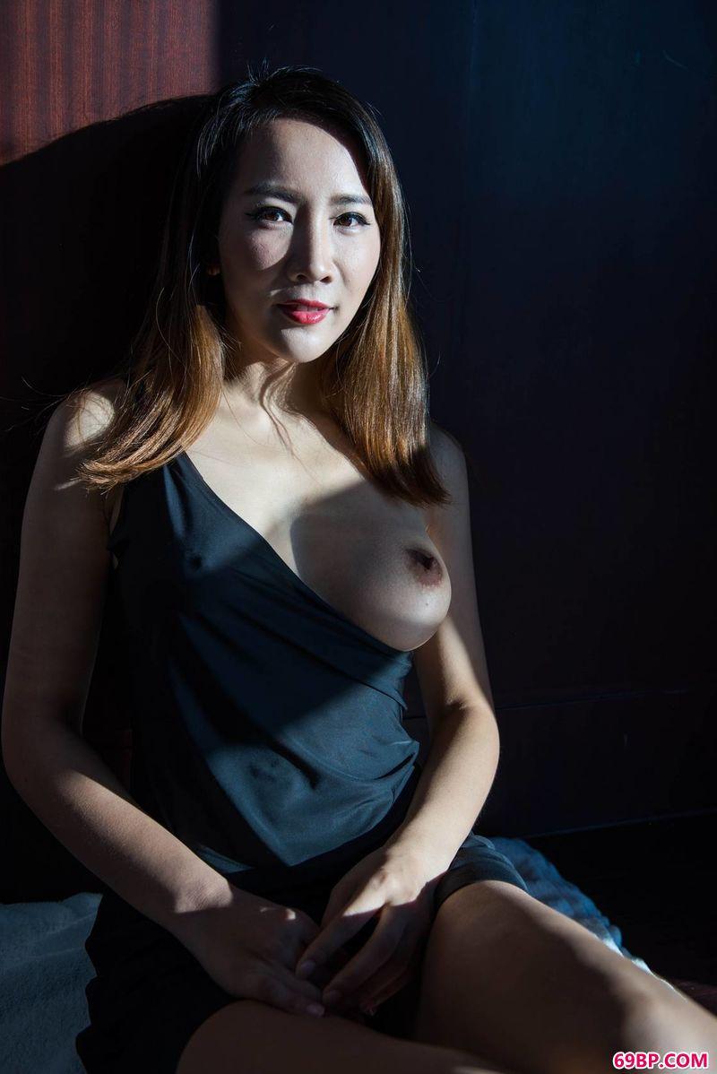 大胆的人体艺术图片_绝美艺术感的光影裸模晴儿