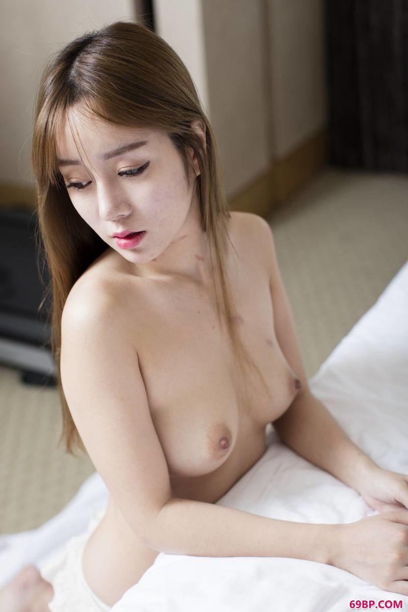 王雨纯温柔的美体写真