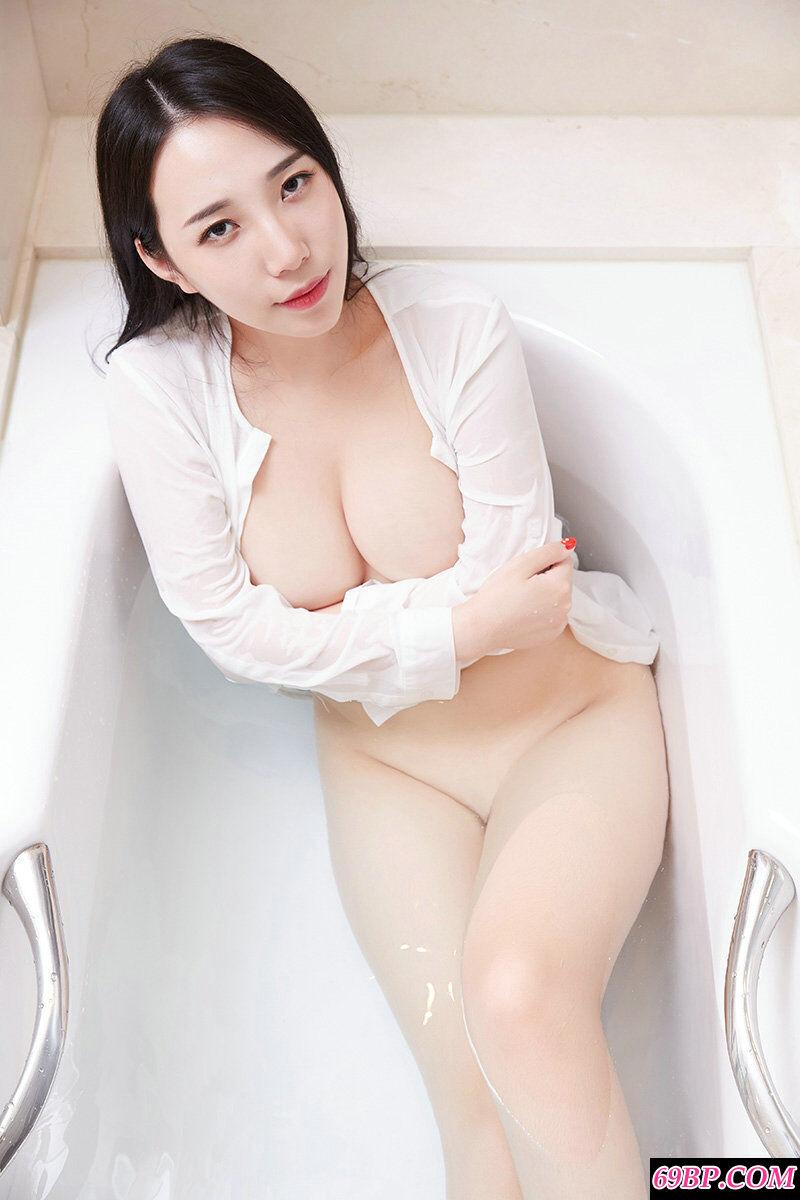 丰腴白皙的大胸妹子极限诱惑摄影