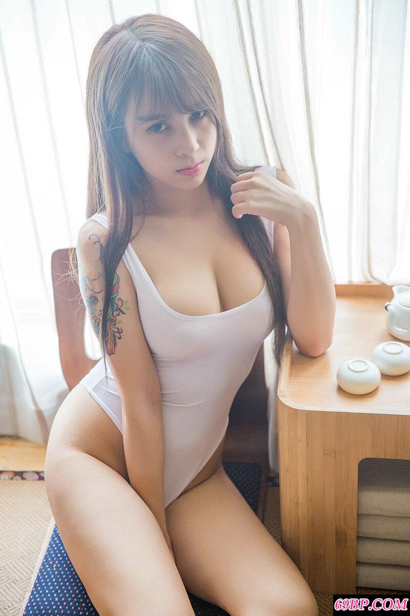 身材丰润的精品妹子夏美美泳装写照
