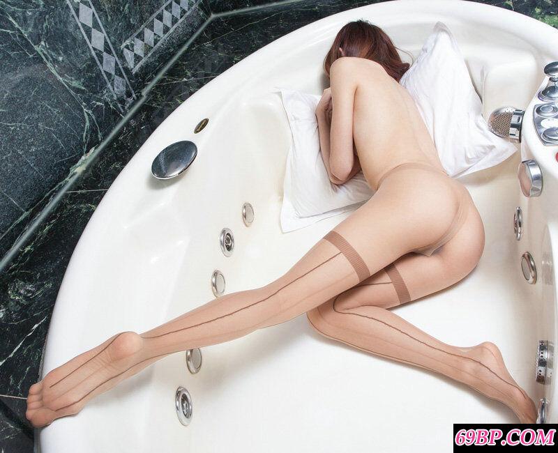 室拍大浴缸里只穿黑丝不穿内裤的超模
