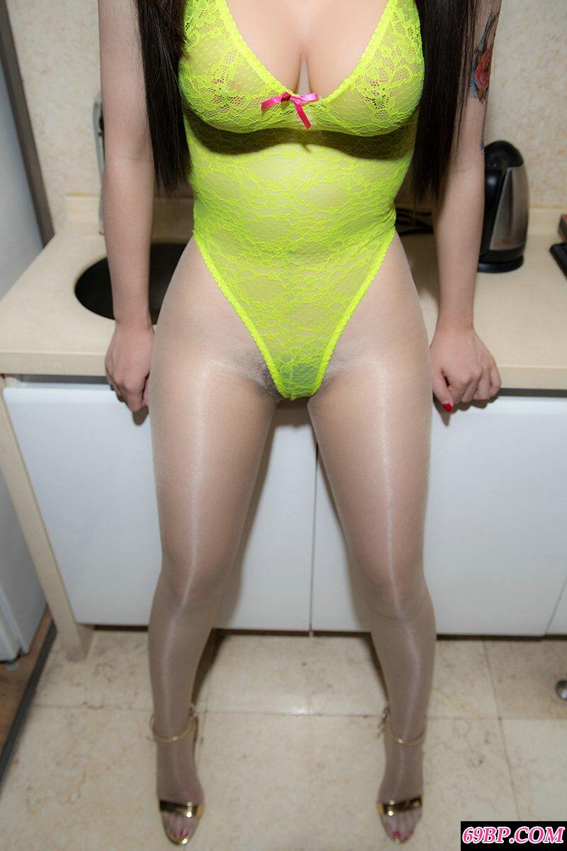 室拍穿绿色透明网衣的丰腴女王