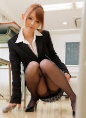 穿黑丝制服的教师丘�Dエミリ