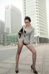 美女职员只穿丝袜就来上班了