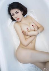 模特游子熙娇艳火辣的人体写真